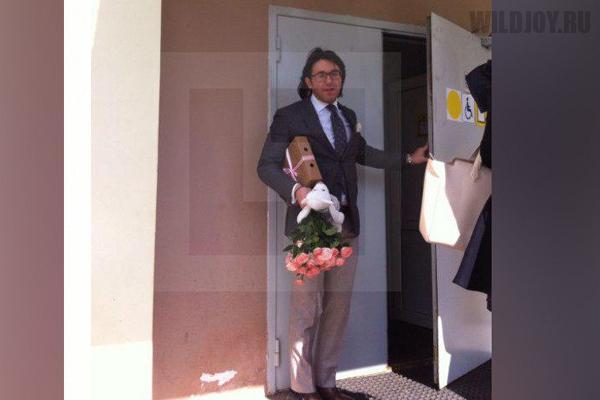 Букетик цветов и игрушка- Малахов навестил Шурыгину в психиатрической лечебнице