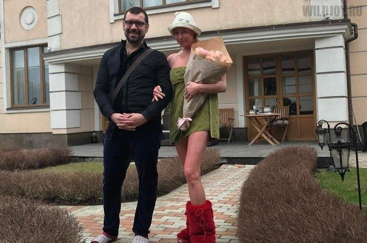 Полуголая Анастасия Волочкова встречает гостей